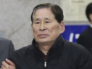 Kim Han-sik, president of Chonghaejin, is escorted by helpers to hold a press conference at Incheon Port International Passenger Terminal in Incheon, South Korea. (Photo: AP/Yonhap)
