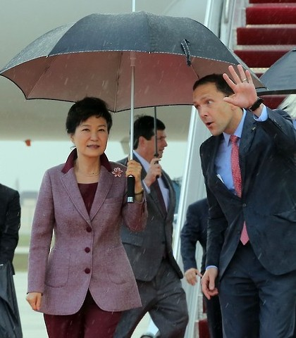President Park Geun-hye (L) is greeted by U.S. chief of protocol Peter Selfridge after arriving at Andrews Air Base in Washington on Oct. 13, 2015, to hold summit talks with U.S. President Barack Obama. During the talks on Oct. 16, Park and Obama are expected to discuss ways on how to further boost their countries' bilateral alliance and deal with North Korea's possible provocations. (Yonhap)