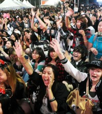 A crowd cheers during Radio Seoul's Youth Talent Show Saturday night at center stage inside Seoul International Park during the 42nd Los Angeles Korean Festival. (Korea Times)