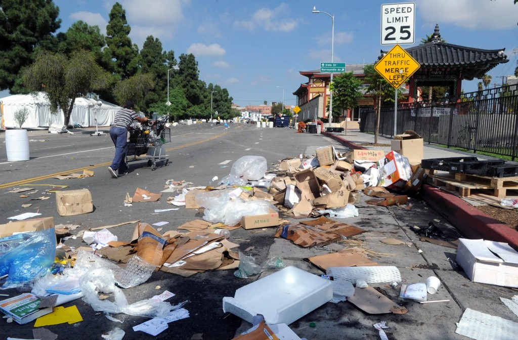 Trash litters the area near Da Wool Jung in Koreatown, Los Angeles, Tuesday morning. (Park Sang-hyuk/Korea Times)