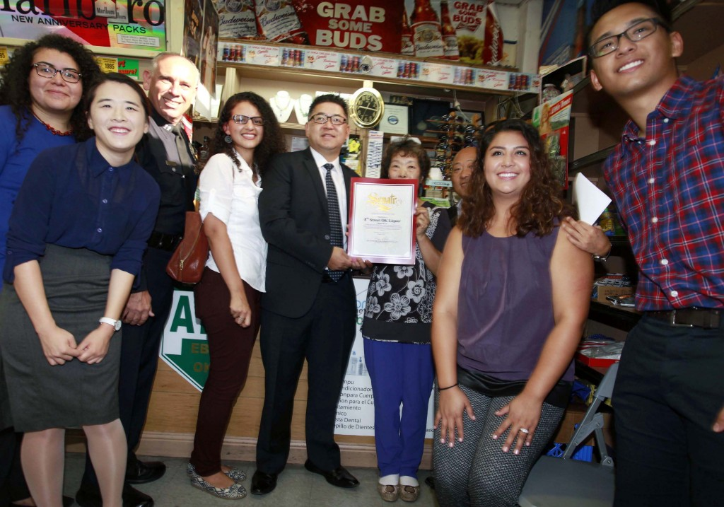 Los Angeles Police Department Captain Vito Palazzolo, third from left, State Senator Kevin de Leon staffer Ben Park, middle, deliver a commendation for outstanding public service to OK Liquor owner Lee Bong-ok Wednesday. (Park Sang-hyuk/Korea Times)