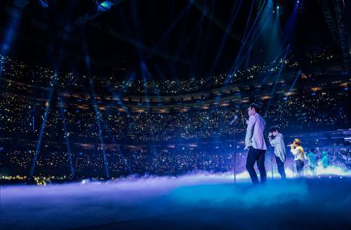 South Korean boy band BigBang performs during its North American tour. (Photo courtesy of YG Entertainment) (Yonhap)