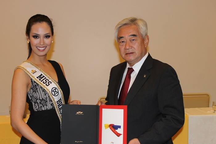 Catharina Choi Nunes (L), the 2015 Miss World Brazil, is appointed the goodwill ambassador of the World Taekwondo Federation (WTF) by its president, Choue Chung-won, on Oct. 13, 2015, at the Brazil Taekwondo Federation headquarters in Rio de Janeiro, Brazil. (Photo courtesy of WTF) (Yonhap)
