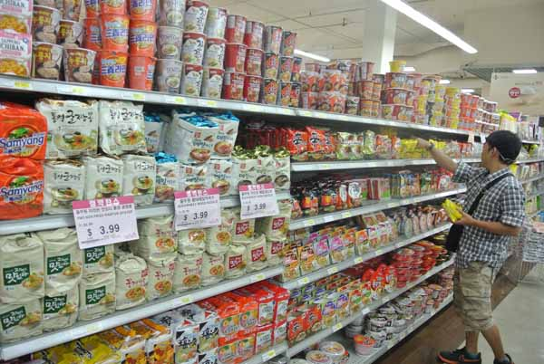 A customer browses the instant ramen section inside a Los Angeles Korean supermarket. (Park Ji-hye/Korea Times)