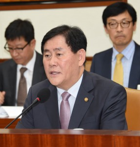 Finance Minister Choi Kyung-hwan (C) chairs the meeting of economy related ministers in Seoul on Oct. 27, 2015. (Yonhap)
