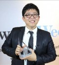 "Kang Ji-seok, 27, poses after receiving a plaque for being named a ""Young Gun of the Year,"" an honor given to young lawyers who achieve great success in the first few years in their profession, at the 15th Australia Law Awards ceremony at the Westin Sydney hotel in Australia on Sept. 17. (Yonhap)"