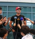 Jason Day (C), the world's No. 2-ranked golfer, speaks to reporters at Incheon International Airport on Oct. 5, 2015. (Yonhap)