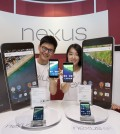 Models pose as they hold up the Nexus 5X (L) and the Nexus 6P (R), at a media launch event at the local unit of Google Inc. in Seoul on Oct. 13, 2015. (Photo courtesy of Google Korea/Yonhap)