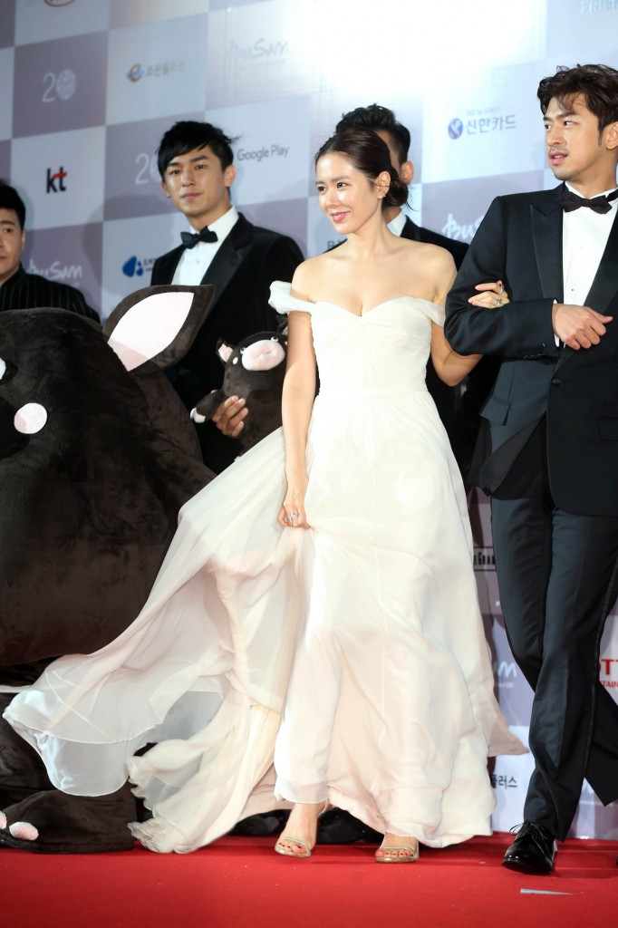 South Korean actress Son Ye-jin attends the opening red carpet of the Busan International Film Festival Thursday. (Yonhap)