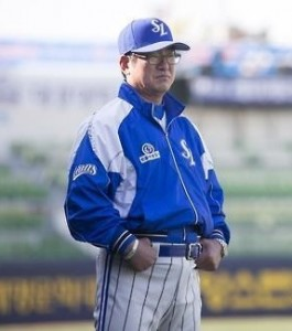 Ryu Joong-il, manager of the Samsung Lions, watches his players get ready for Game 1 of the Korean Series against the Doosan Bears at Daegu Stadium in Daegu, 300 kilometers southeast of Seoul, on Oct. 26, 2015. (Yonhap)