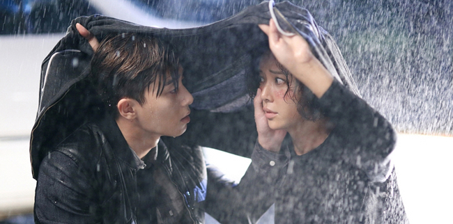 "Hwang Jung-eum, right, and Park Seo-jun in a scene from MBC's ""She Was Pretty."" (Courtesy of MBC)"