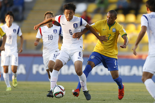 South Korea's Jang Jae-won, center, and Brazil's Leandro Do Nascimiento vie for the ball during the Under 17 Chile World Cup at Estadio Francisco Sanchez Rumoroso Stadium in Coquimbo, Sunday (KST). (Yonhap)