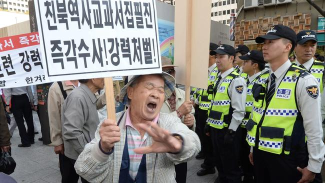 Members of a conservative group take part in a rally in Seoul on Oct. 13 to express their support for the government's plan to reintroduce a single state history textbook for secondary school students. (Yonhap)