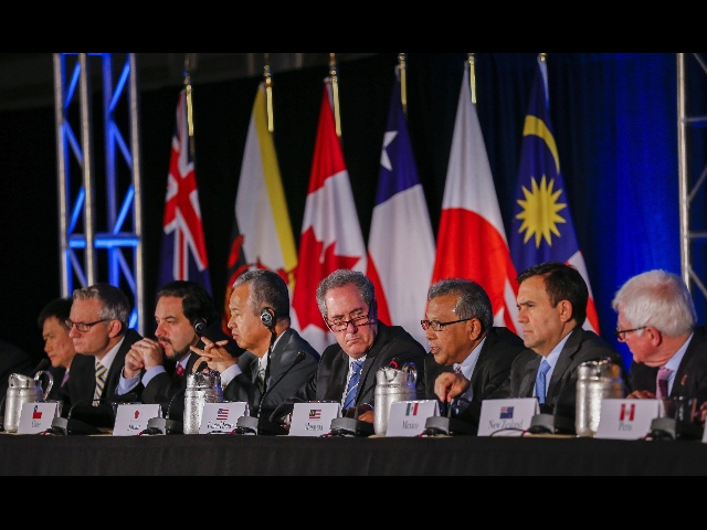 Trade ministers from the 12 Asia-Pacific countries hold a press conference in Atlanta to announce the conclusion of talks to create the Trans-Pacific Partnership on Oct. 5, 2015. (Yonhap)