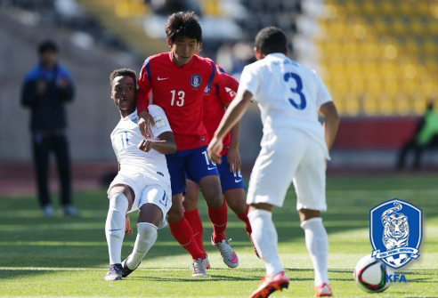 South Korea's Yoo Seung-min, middle, tries to fight off two England defenders. (Courtesy of Korean Football Association / Yonhap)