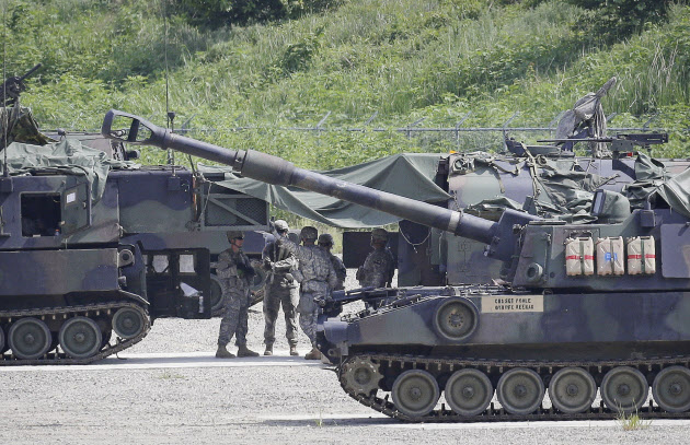 U.S. Army soldiers prepare for a military exercise in Pocheon, south of the demilitarized zone that divides the two Koreas, South Korea, Tuesday, Aug. 18, 2015. U.S. and South Korean forces launched Monday an annual joint military exercises, Ulchi Freedom Guardian, for a 12-day run to prepare for a possible North Korea's attack. (AP Photo/Ahn Young-joon)