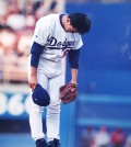 This file photo shows Park Chan-ho greeting the crowd with a traditional Korean bow. It became his signature move during the middle of his eight-year stint with the Los Angeles Dodgers, which began in 1994. (Korea Times file)