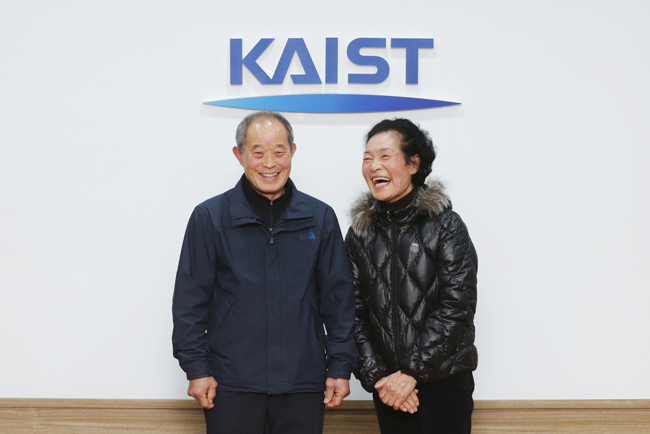 Lee Seung-wong, 74, left, and Cho Jeong-ja, 72. (Courtesy of KAIST)