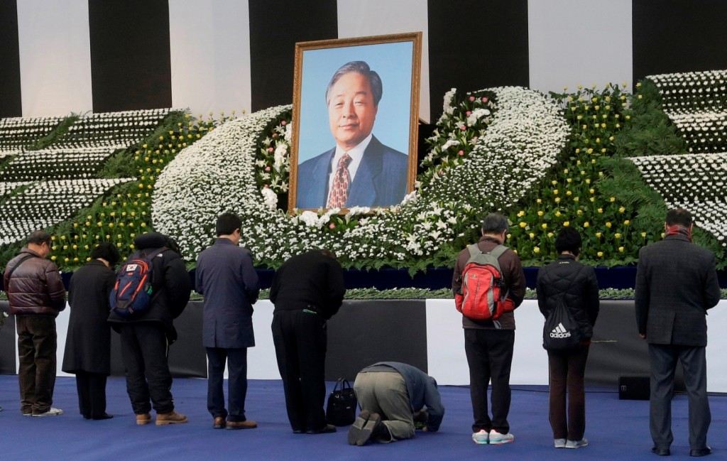 Mourners pay tributes in front of a memorial altar for the late former South Korean President Kim Young-sam in front of Seoul City Hall in Seoul, South Korea, Monday, Nov. 23, 2015. Kim, who formally ended decades of military rule in South Korea and accepted a massive international bailout during the 1997-1998 Asian financial crisis, died on Sunday. (AP Photo/Ahn Young-joon)