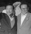 This November 1995 file photo shows President Kim Young-sam (L) meeting with Chinese President Jiang Zemin in Osaka, Japan. Kim, who served as South Korea's president from 1993-1998, died at Seoul National University Hospital on Nov. 22, 2015, after being hospitalized due to a high fever. He was 88. Kim formally ended decades of military rule in South Korea and accepted a massive international bailout during the 1997-1998 Asian financial crisis. (Yonhap)