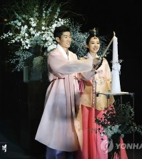 Park Ji-sung and Kim Min-ji at their wedding in July last year (Yonhap)