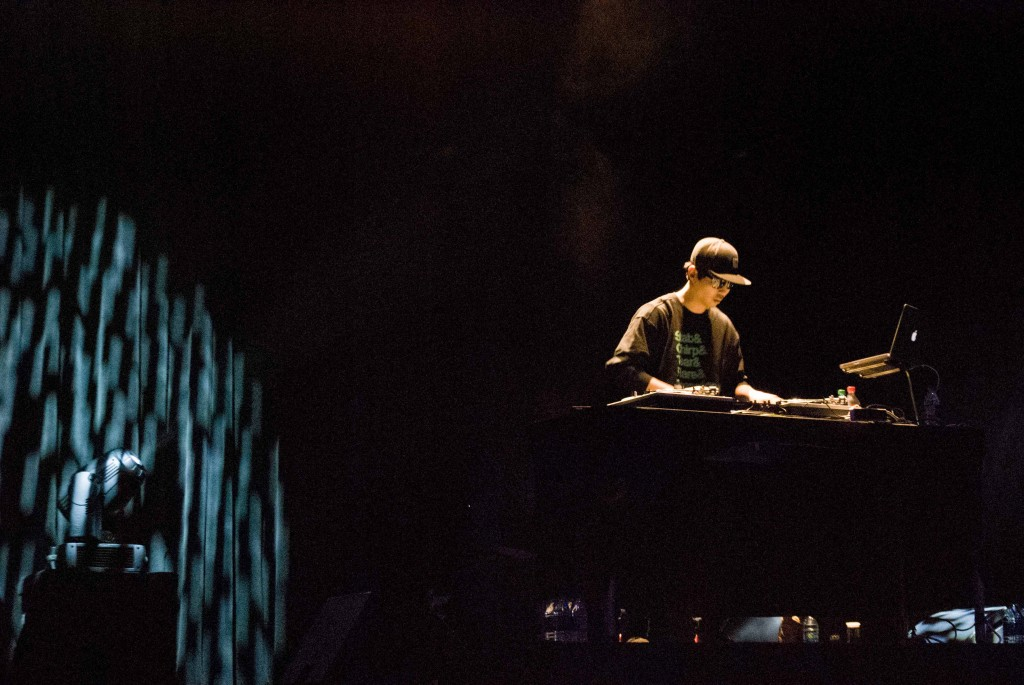 South Korean musician DJ Son performs a solo set before introducing Garion to the stage at USC's Bovard Auditorium on Nov. 17, 2015. (Brian Han/Korea Times)