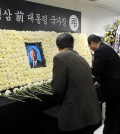 Los Angeles Korean American community leaders pay their respects to former President Kim Young-sam inside Los Angeles Korean Consulate. (Park Sang-hyuk/Korea Times)