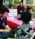 Koreatown seniors participated in free medical examinations by Cedars-Sinai Medical Center and the Los Angeles Department of Aging Wednesday inside the Koreatown Senior and Community Center. (Park Sang-hyuk/Korea Times)