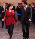 South Korean President Park Geun-hye and Japanese Prime Minister Shinzo Abe arrive at a Seoul hotel on Nov. 1, 2015, to attend a business summit, which brought together about 400 business leaders from South Korea, Japan and China. The summit was jointly organized by the Federation of Korean Industries, the Japan Business Federation and the China Council for the Promotion of International Trade. (Yonhap)