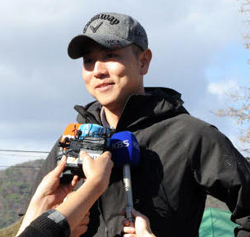 Bae Sang-moon talks to reporters as he enters boot camp in Chuncheon, Gangwon Province on Tuesday. (Newsis)