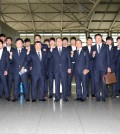 The South Korean team poses at Incheon International Airport on Friday before departing for Sapporo, Japan, to play its opening game against Japan Sunday at the World Baseball Softball Confederation Premier 12 tournament. (Yonhap)