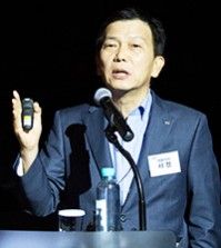 CJ CGV CEO Seo Jung speaks to reporters at a CGV-owned theater in Cheongdam-dong, Seoul, Wednesday evening. He said he will make the all-out effort to turn the nation's largest multiplex chain into the world's no.1 cinema company with 10,000 screens worldwide by 2020. (Courtesy of CJ CGV)