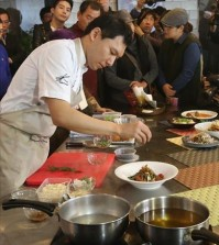 A chef at EK Food, run by celebrity chef Edward Kwon, demonstrates how to make the pasta developed for the 2018 Winter Olympics in PyeongChang, Gangwon Province, in Seoul on Nov. 10, 2015. (Yonhap)