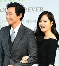 Yun Jung-hoon, left, and Han Ga-in are expecting their first child. (Newsis)