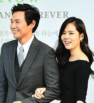 Yeon Jung-hoon, left, and Han Ga-in are expecting their first child. (Newsis)