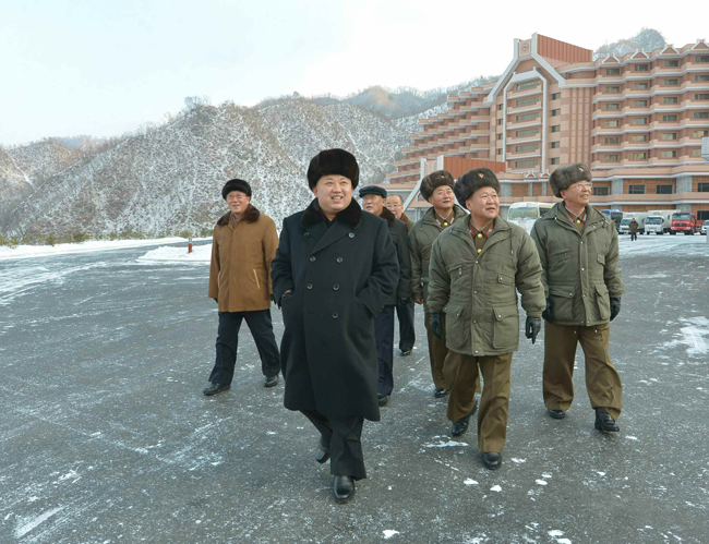 North Korean leader Kim Jong-un looks around the Masik Pass Ski Resort with his aides in this photo taken in December 2013. North Korea has been stepping up efforts to draw international tourists since Kim took power in December 2011. (Korea Times file)
