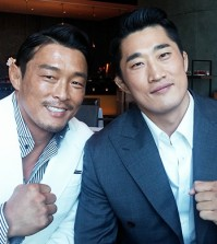 Ultimate Fighting Championship fighters Choo Sung-hoon (left) and Kim Dong-hyun (Korea Times file)