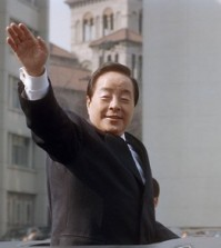 This 1993 file photo shows former President Kim Young-sam waving during a car parade after being sworn in as South Korea's 14th president. Kim, who has been hospitalized due to a high fever, died at Seoul National University Hospital on Nov. 22, 2015, the hospital said. He was 88. Kim formally ended decades of military rule in South Korea and accepted a massive international bailout during the 1997-1998 Asian financial crisis. (Yonhap)
