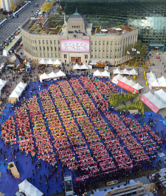 "Kimchi makers form a heart shape at Seoul Plaza during the ""Seoul Kimchi Festival"" in 2014. (Courtesy of Seoul Metropolitan Government)"