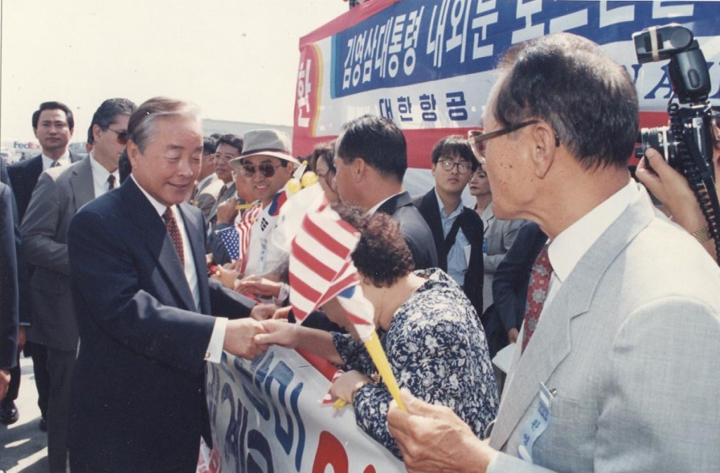 South Korean President Kim Young-sam greets locals after arriving for an official visit to Los Angeles in 1996. (Korea Times file)