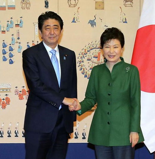 South Korean President Park Geun-hye, right, and Japanese Prime Minister Shinzo Abe pose for photos before their meeting at the presidential Blue House in Seoul, South Korea, Monday, Nov. 2, 2015. (Lee Jung-hun/Yonhap)