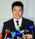 South Korean baseball player Park Byung-ho smiles during his press conference at Incheon International Airport on Nov. 29, 2015. (Yonhap)