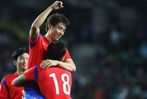 Koo Ja-cheol (center) and Ji Dong-won (right) of South Korea celebrate Koo's goal in the first half of the team's World Cup qualifier against Myanmar at Suwon World Cup Stadium in Suwon, Gyeonggi Province, on Nov. 12, 2015. (Yonhap)