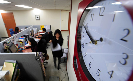South Korean office employees work night hours in this file photo. (Korea Times file)