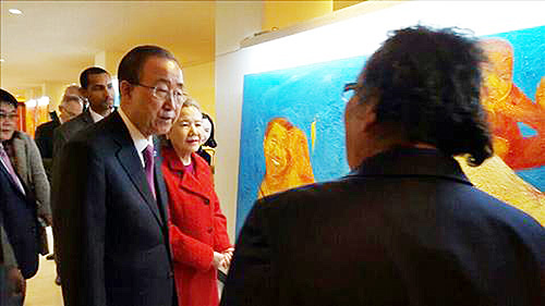 United Nations Secretary-General Ban Ki-moon and his wife, Yoo Soon-taek, visit an exhibition by Korean artist Kim Geun-tae inside U.N. headquarters Thursday for International Day of Persons with Disabilities. (Yonhap)