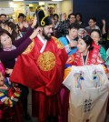 Two locals who came out to a Korean culture promotion event at College of the Canyons in Santa Clarita, California, Thursday try on traditional garb. (Park Sang-hyuk/Korea Times)