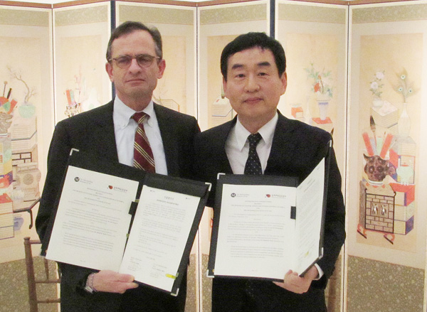 Metropolitan Museum of Art President Daniel Weiss, left, signed an MOU with Korean Cultural Service New York Director Oh Seung-je, left, Thursday