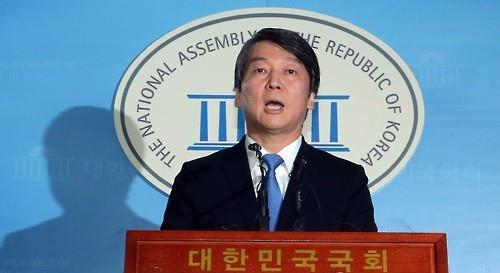 Former party leader Ahn Cheol-soo announces his defection from the main opposition New Politics Alliance for Democracy on Dec. 13, 2015. (Yonhap)