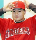 New Los Angeles Angels infielder Choi Ji-man wears his jersey in Incheon, west of Seoul, on Dec. 23, 2015. Choi was selected by the Major League Baseball club at the annual Rule 5 Draft in Nashville, Tennessee, on Dec. 10, the final day of the MLB Winter Meetings. (Yonhap)