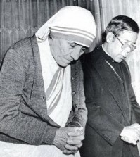 Mother Teresa prays with Stevphen Sou-hwan Kim who was the Archbishop of Seoul at the time, when she visited Korea in 1981. (Korea Times file)